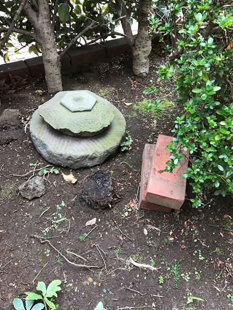 庭石 - 庭石や灯篭の解体処分の作業前