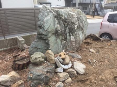 埼玉県 - 庭石・自然石・大岩・巨石の処分解体撤去の作業前 石の処分-石の回収と解体処分-埼玉県鴻巣市宮前の大岩・巨石の解体工事