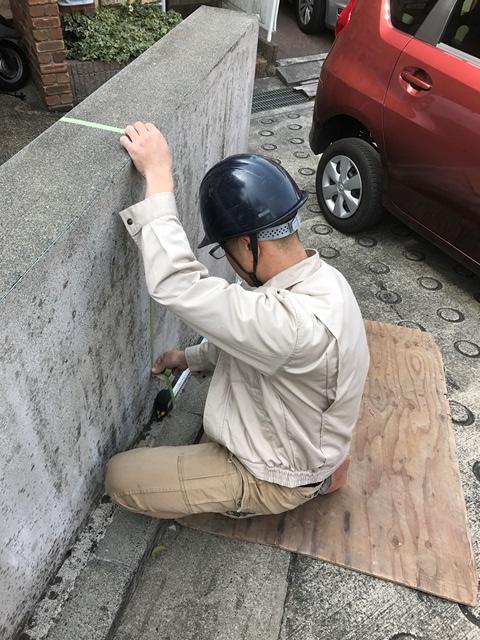コンクリート塀の斫り解体撤去処分とモルタルでの左官補修工事風景03