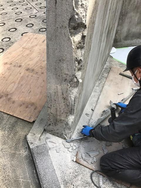 コンクリート塀の斫り解体撤去処分とモルタルでの左官補修工事風景06
