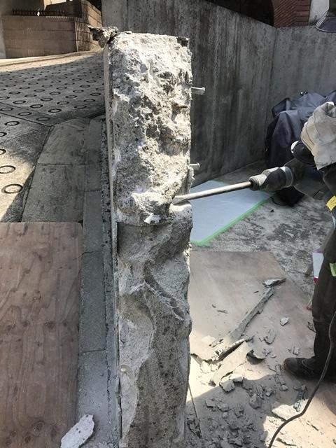 コンクリート塀の斫り解体撤去処分とモルタルでの左官補修工事風景08