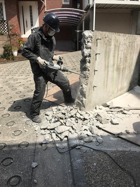 コンクリート塀の斫り解体撤去処分とモルタルでの左官補修工事風景09