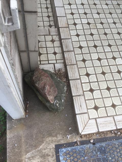 庭石の処分(庭石の解体撤去)の工事-東京都練馬区石神井台の自然石(庭石)と砂利の回収処分工事の作業風景05