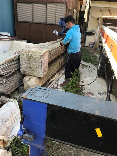 千葉県香取市吉原-御影石の石柱と大沓脱石の回収処分と撤去工事の工事風景02