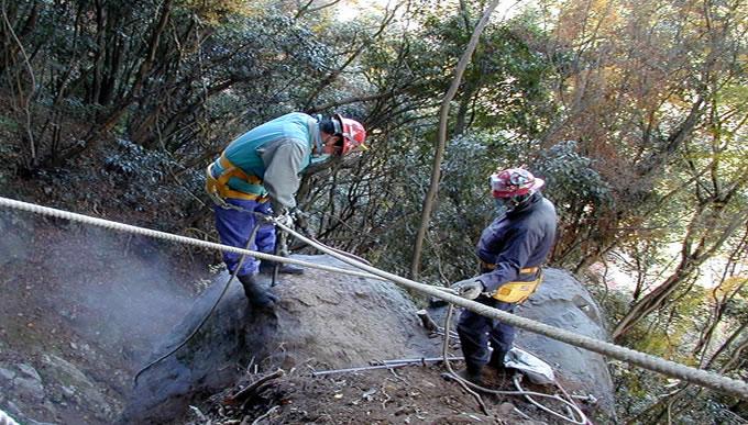 解体工事を行う際にでてきた大型の巨石の撤去風景