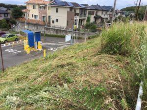 草刈り – 神奈川県三浦市で駐車場の草刈り工事風景