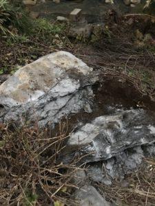 東京都稲城市  - 東京都稲城市での庭石撤去と庭石解体の工事風景